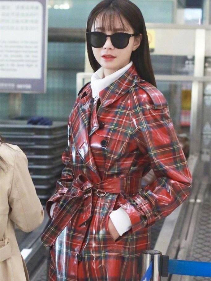 沈梦辰机场秀变高级,穿格纹风衣搭配黑超墨镜,网友:海涛好眼光!