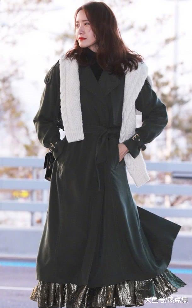 林允儿解锁新时尚穿法,毛衣不穿直接披着,显得随性又时尚!