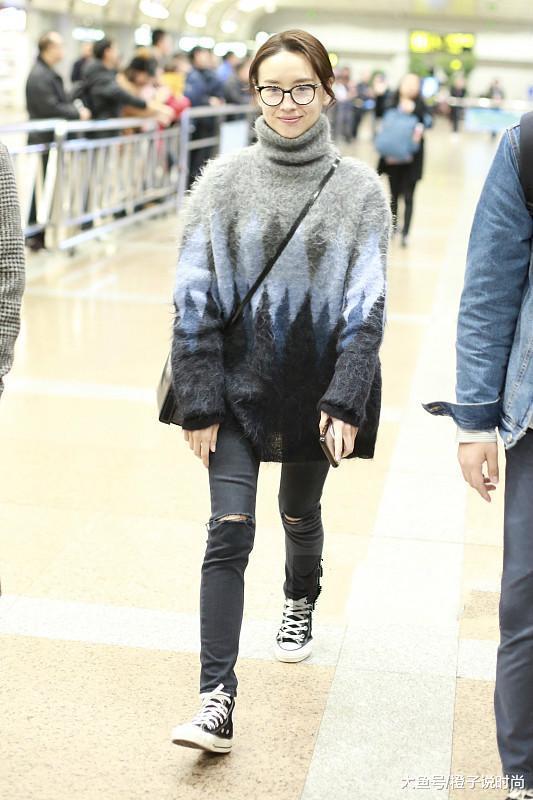 39岁董洁厉害,高领毛衣配不到6百的鞋,让暗色穿搭也搭出清纯感