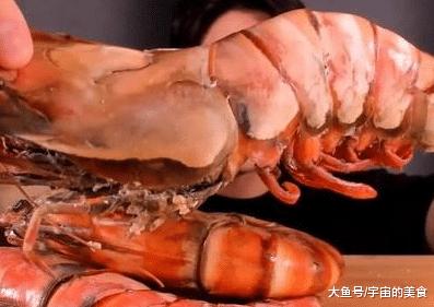 """网红曲播吃20斤重的""""年夜龙虾"""",刚吃便露馅,实爱粉:脚出卖了您!"""