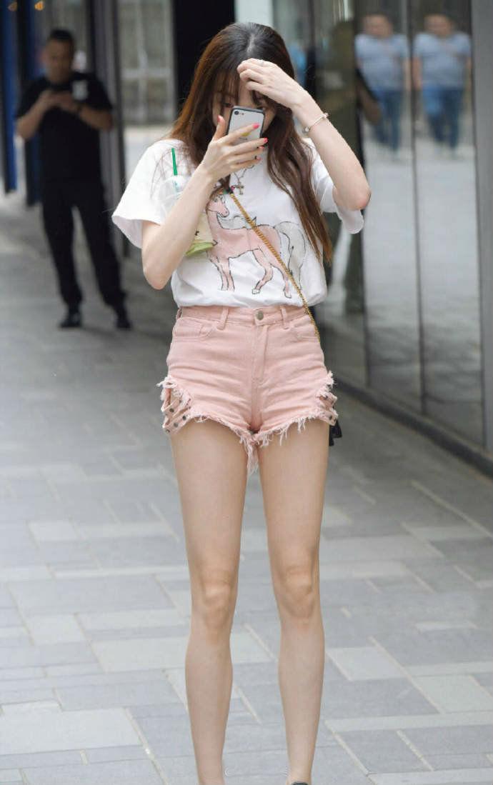 独特的开叉热裤,彰显完美腿型,性感与可爱兼具的妹纸更加动人