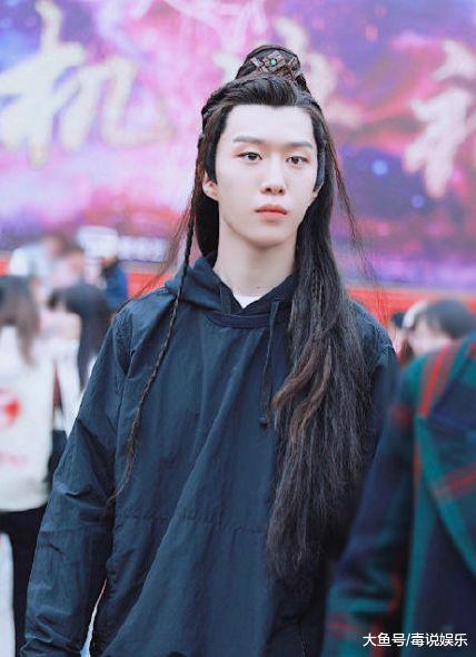 范丞丞时装外型被吐槽丑,看到背后团队后,网友:爆款剧预定!