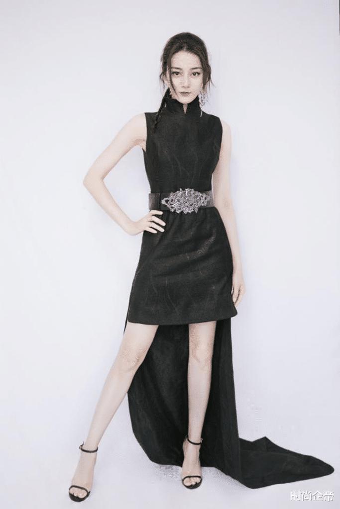 27岁迪丽热巴可真奔放!穿深V吊带裙领口开到最低,腰臀比好惊艳