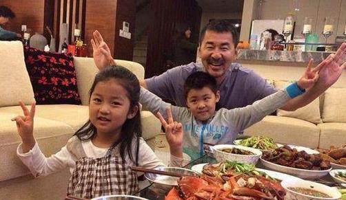 看看蒋勤勤和陈建斌的晚餐,大鱼大肉真是丰盛,看的我都流口水了