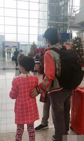 蔡少芬带女儿机场接张晋, 两人当众亲吻, 一家人好幸福的样子