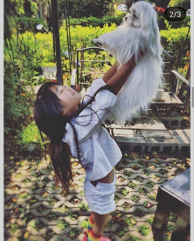 曹格晒女儿与宠物狗亲密互动,9岁Grace身材高挑,气质极佳