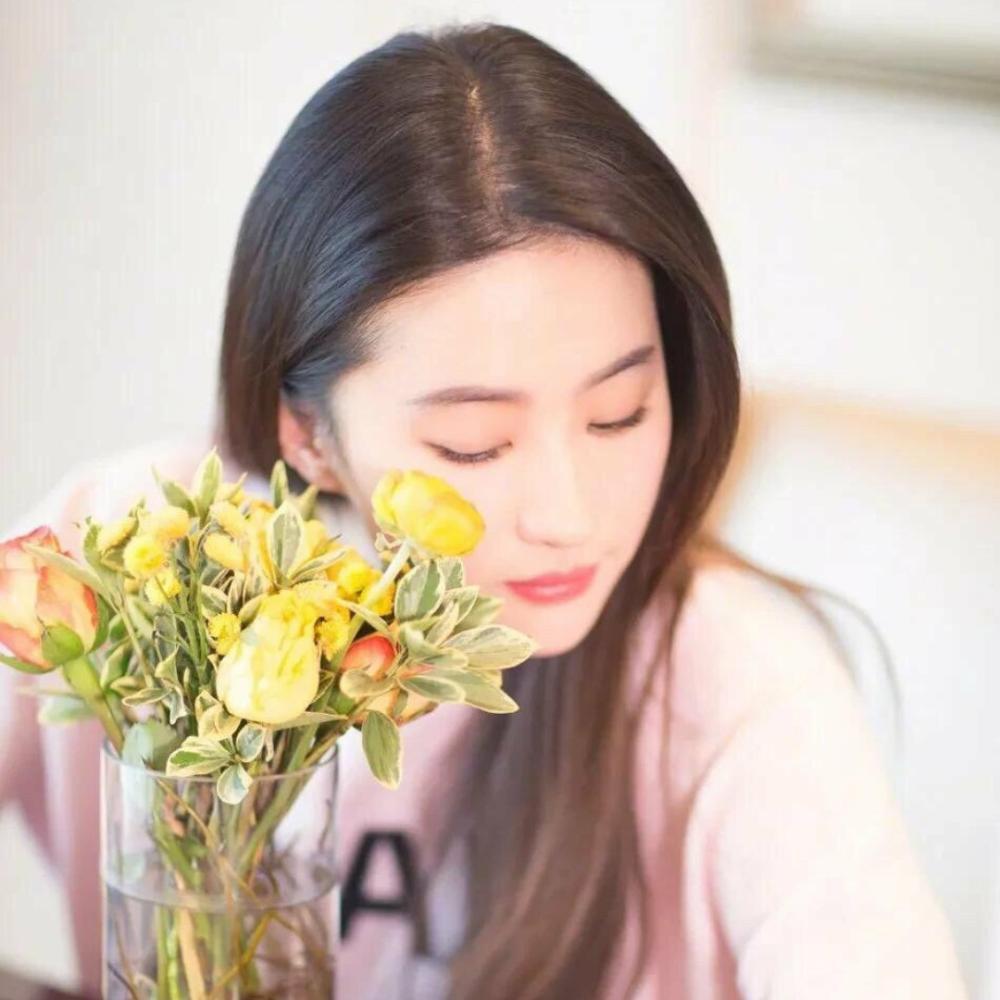 刘亦菲、吴宣仪、杨超出、宋慧乔、陈皆灵、李兰迪、欧阳娜娜谁才是您们眼中的初恋脸? 