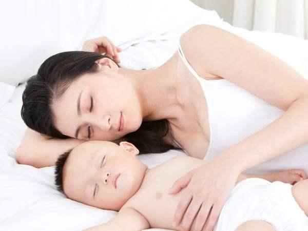 婴儿醉去看到妈妈会持续睡, 看不到妈妈会哭? 越年夜越严峻怎样回事