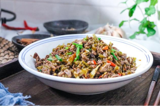 """亲戚上门做客,老爸做了""""那讲菜"""",煮一年夜锅米饭,客人出吃尽兴"""