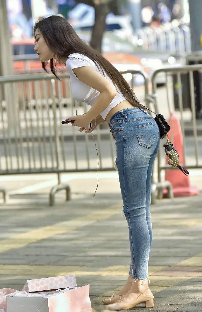 白色小背心搭配破洞牛仔裤,青春靓丽又时尚性感