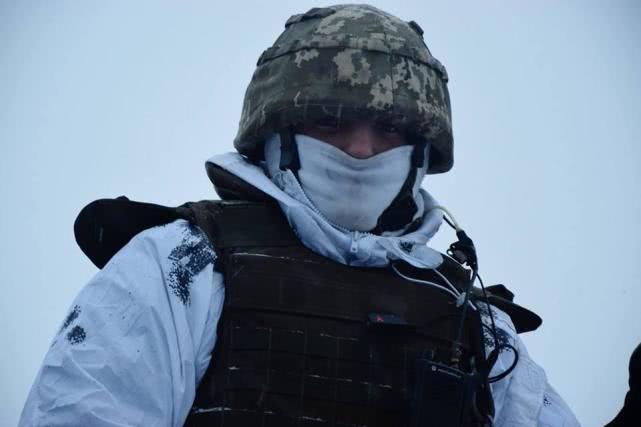俄特种兵深切敌后复仇, 生擒黑克兰前哨批示官, 缴获配枪网上示寡