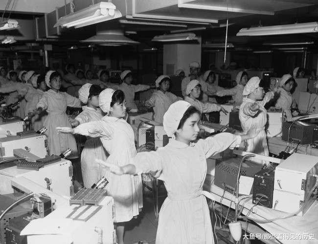 老照片60年代日本索尼公司的工间操生产线上青春美丽的女工