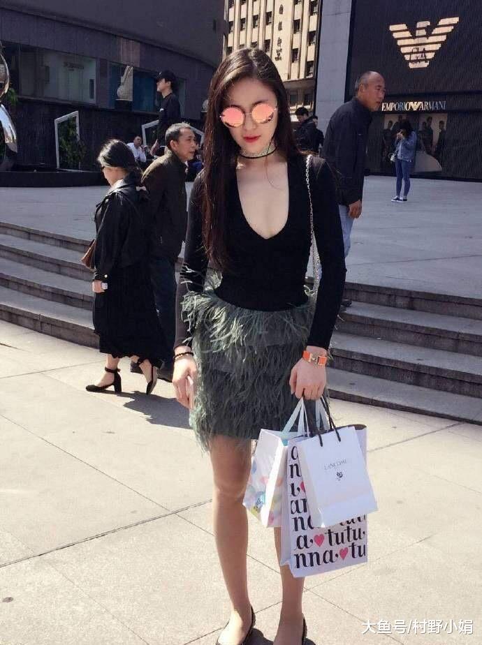 街拍 诱人时兴的蜜斯姐, 绽放出纷歧般的魅力,显现魅力身段
