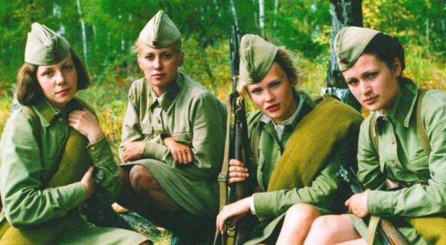女兵在疆场为何穿裙子? 那是划定不穿不可, 1千女兵能处理1万人