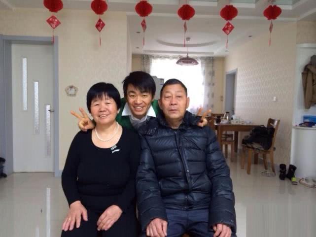 王宝强母亲去世出殡,送别村民人山人海,白布遮面痛哭被搀扶上坟