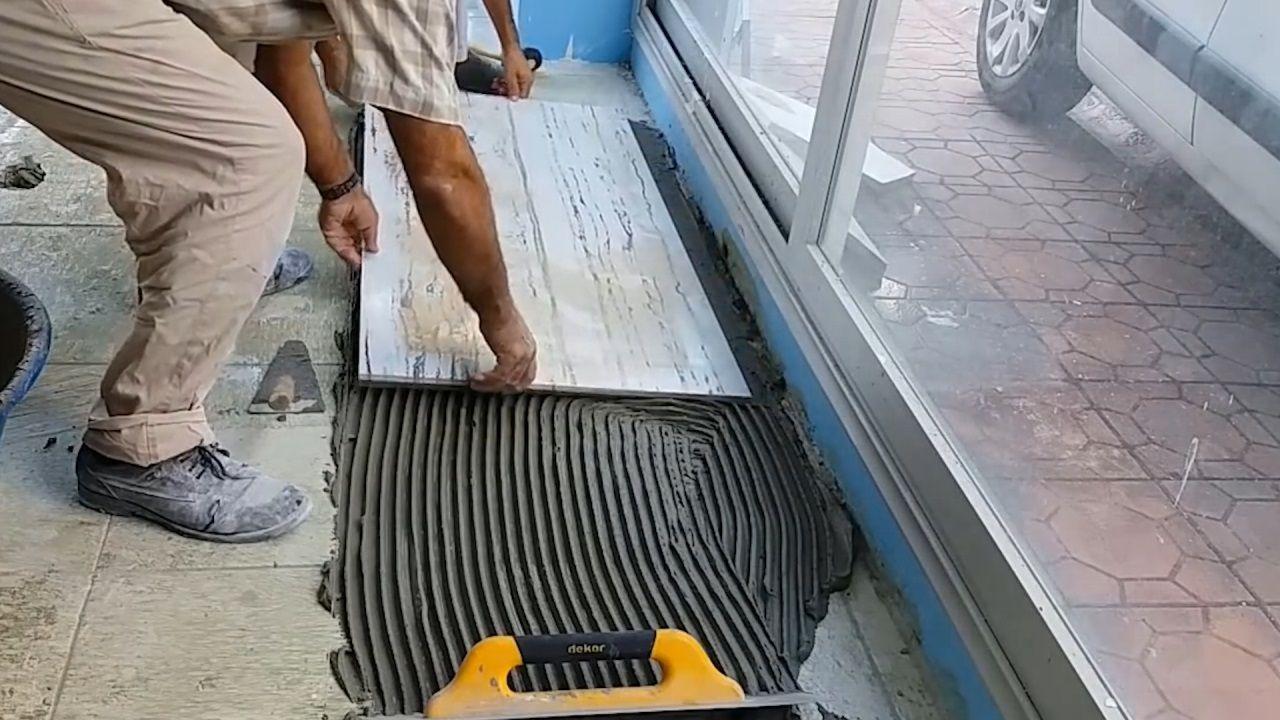 """70岁老迈爷研造""""铺瓷砖""""对象,一个小时铺30仄米,10块钱制一个"""