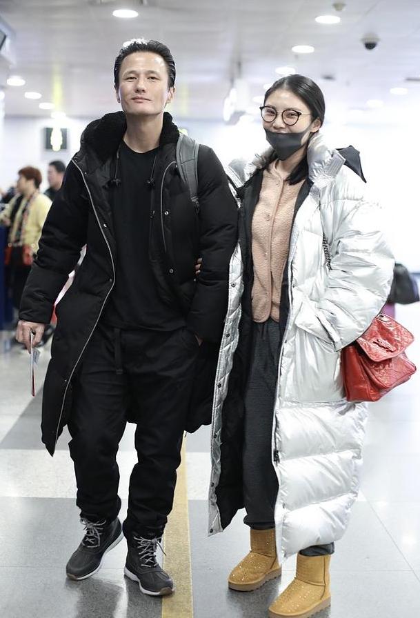 """""""大嫂""""徐冬冬尹子维机场挽手出行, 恋情曝光, 实在是太幸福了"""
