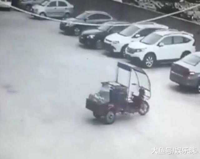 快递员碰了宝马车, 他从包拿出1万2补偿, 网友: 贫贫限造了设想!
