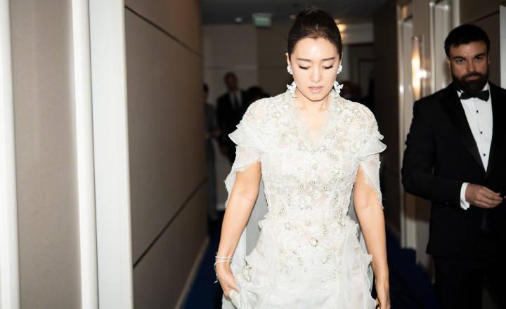 戛纳红毯上女星皮肤哪家强?22岁关晓彤憔悴,何穗成最大赢家?