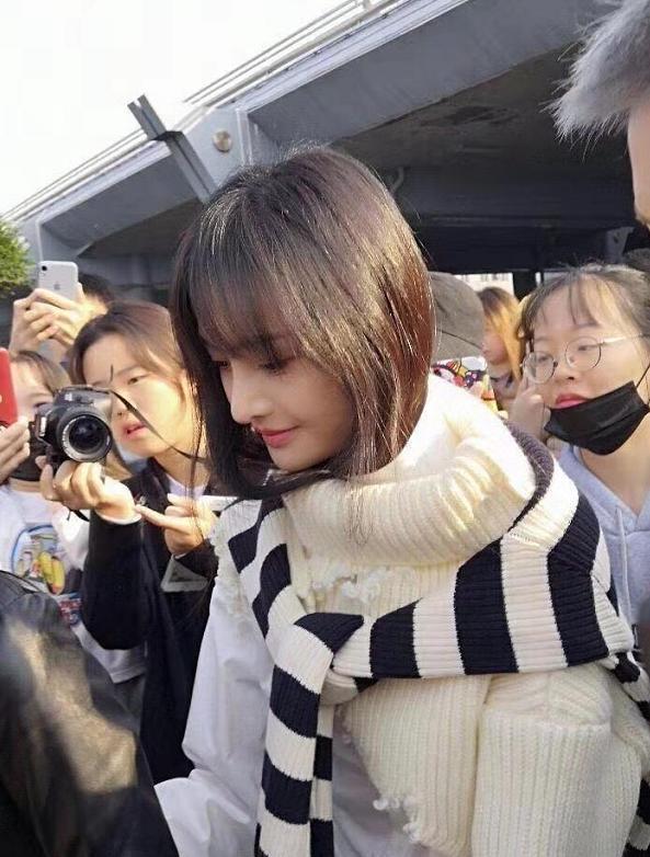 郑爽淡妆出行,路人故意开原相机,这下看出她鼻子真实的样子!