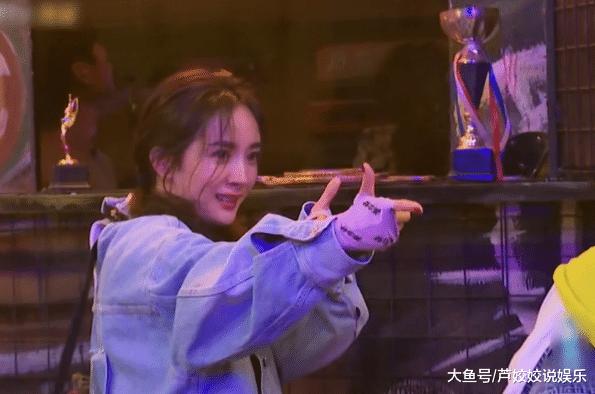 """杨幂在节目上玩嗨了!现场年夜秀钢管舞,比""""人去疯""""开依霖还放得开"""