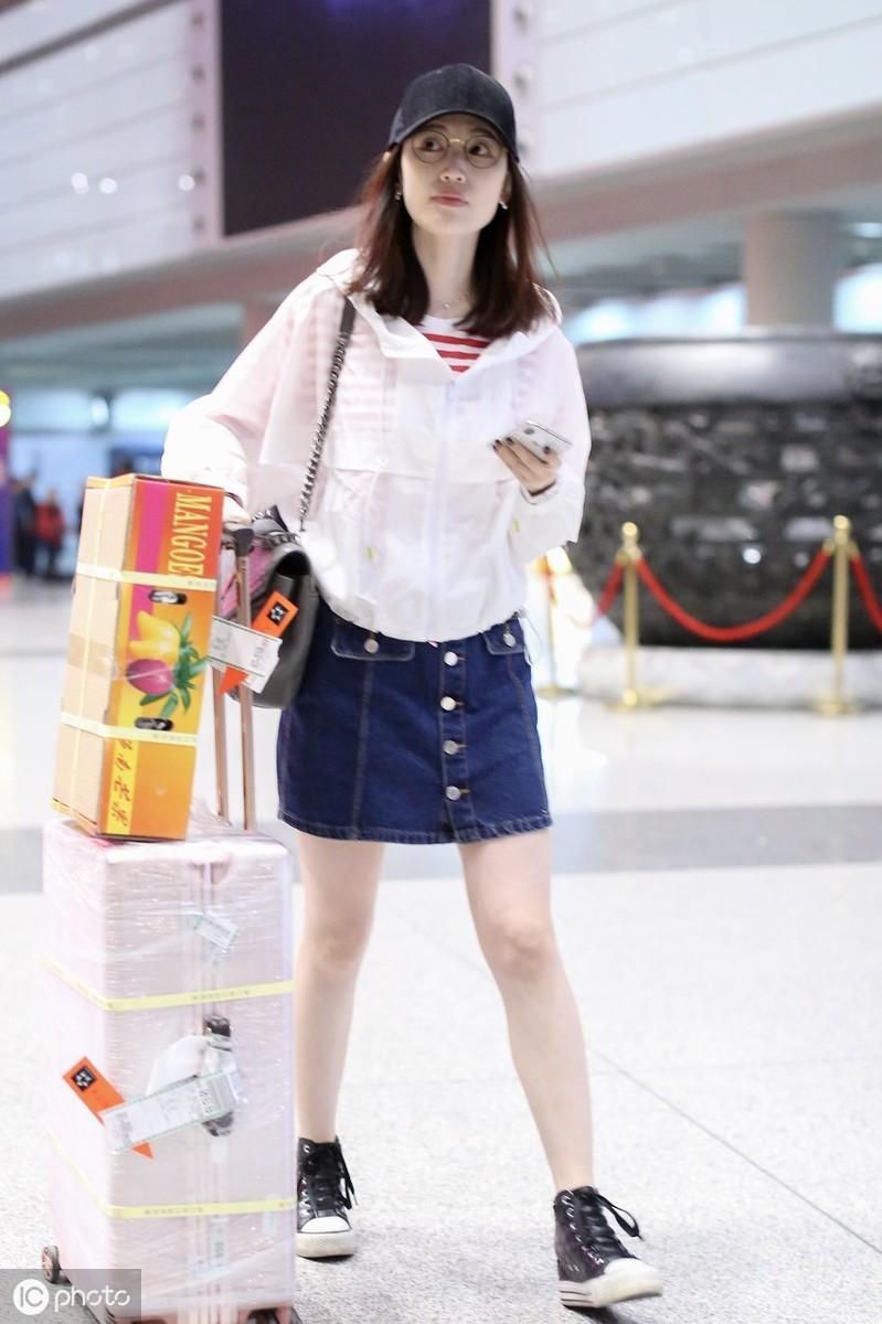 马蓉现身机场,身穿小短裤似美少女,面对镜头主动微笑配合拍照