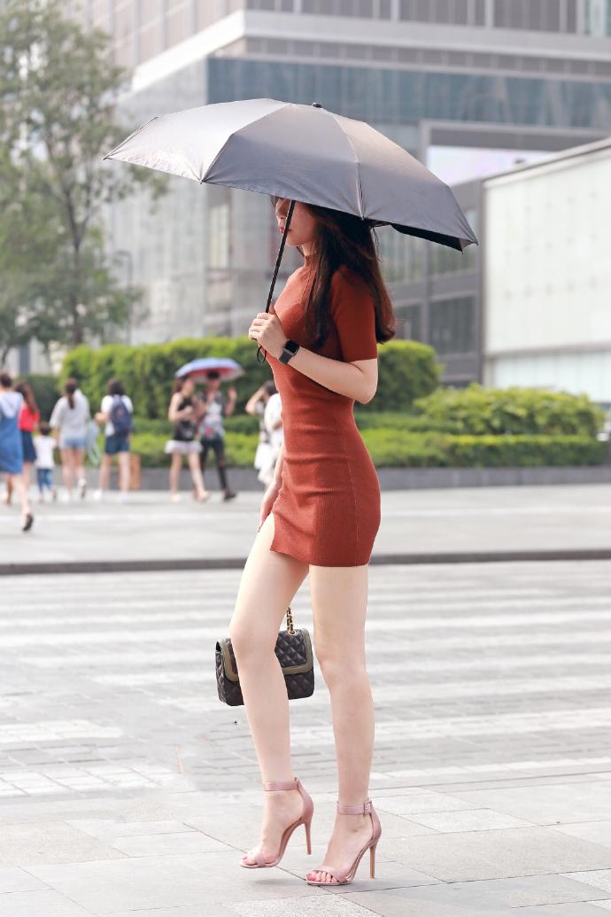 开叉短裙更显大长腿,简单搭配就能突出性感魅力