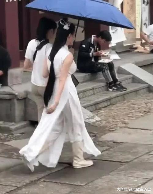 横店女群演因穿着惹争议,看到侧面驼背照后:这都能演戏?