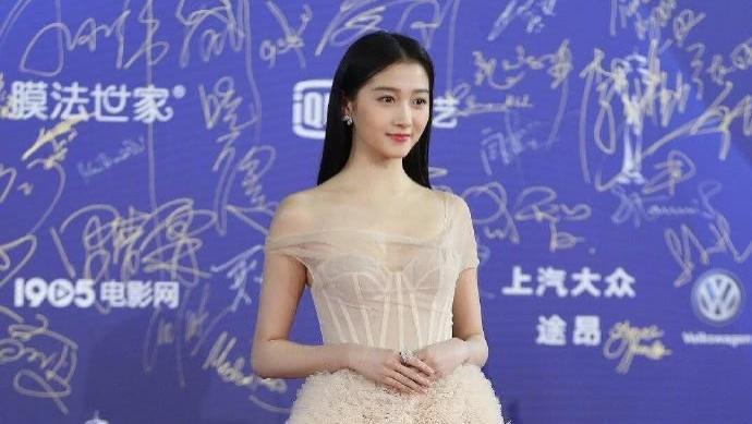 北影红毯:女明星都偏爱长裙,关晓彤被赞仙女,闫妮红裙优雅大气
