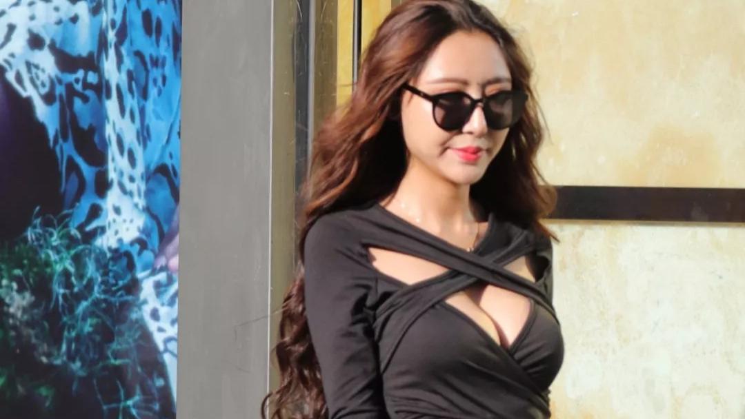 摄影:穿黑色胸前绑带包臀裙的高挑美女,这连衣裙完全阻挡不了丰满的美胸