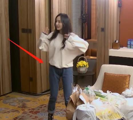 杨幂为什么历来皆穿裙子?看到她穿牛仔裤,照样进展她持续穿裙子