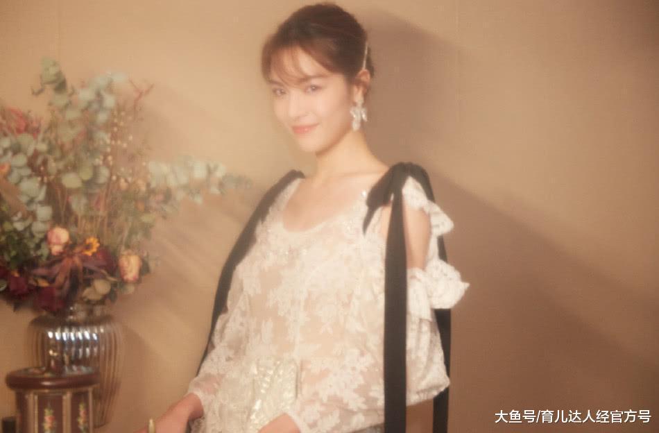 钟楚曦一袭刺绣连衣裙拍摄复古柔美时尚大片,美的过分