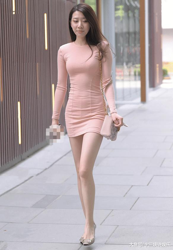 好身材与包臀裙相得益彰,美女粉色系穿搭减龄又显白