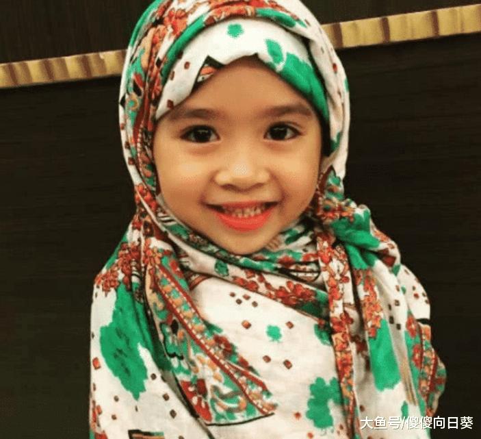 记得五岁就被迪拜富豪认作干女儿的小萝莉吗? 换了国籍, 大变样