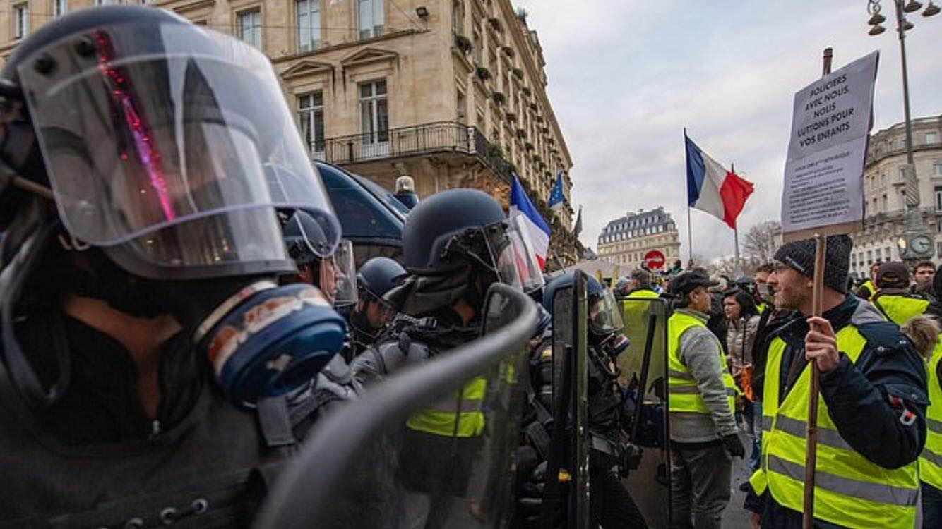 """法国应对""""黄色背心""""突发暴力事件, 许可警员拆配真弹步枪"""