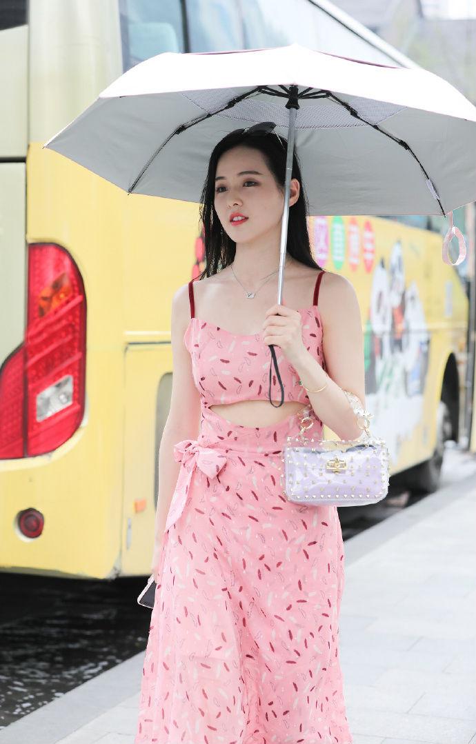 甜美气质搭配粉色装扮,看到她会有想要恋爱的冲动吧