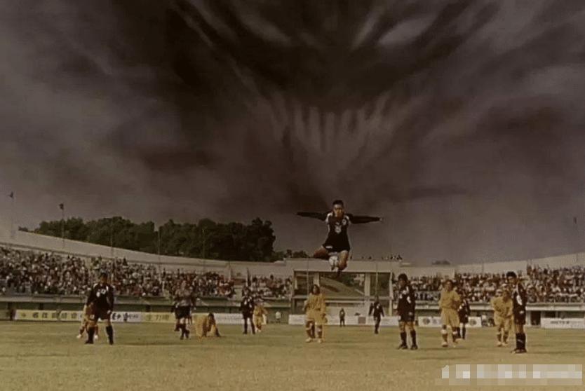 《少林足球》拍摄时需4万个群演,周星驰想了个办法,一分钱都没花!