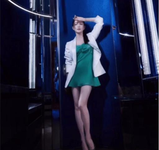 江疏影首次挑战2cm短裙,她抬腿的那一刻,网友们疯狂按下截图键