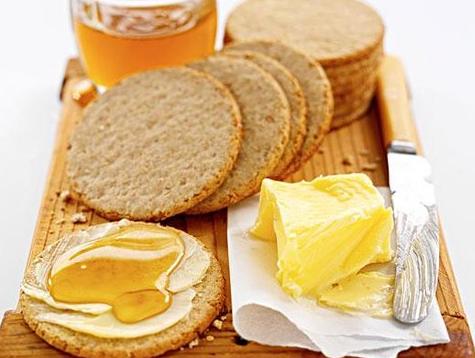 教您做黄油饼干。他们看起去比您购的好。它们酥脆,酥脆,充斥牛奶。您吃得越多,您便越爱他们。