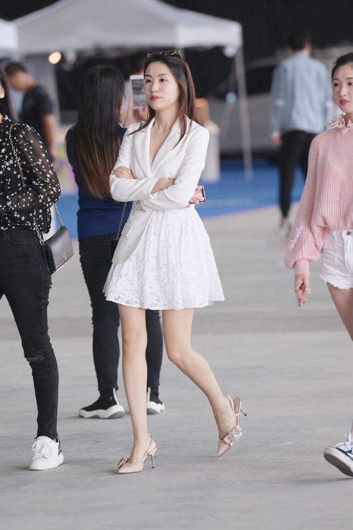 半身西装半身裙,美女这件衣服有点独特