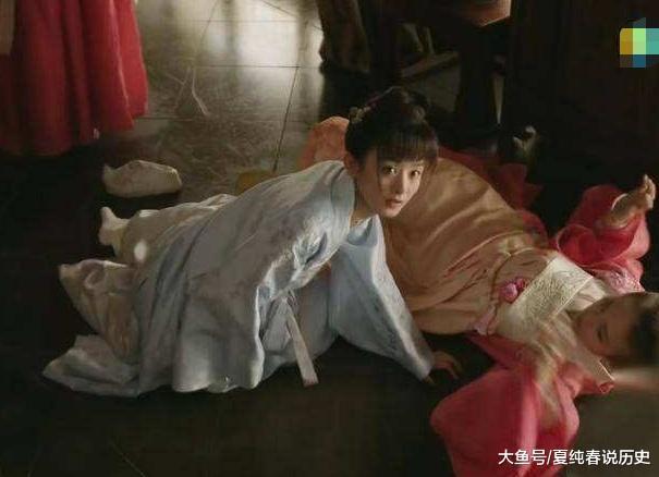 墨兰在梁晗面前滚下马, 被抱回家而定亲, 古代女子名节多重要?