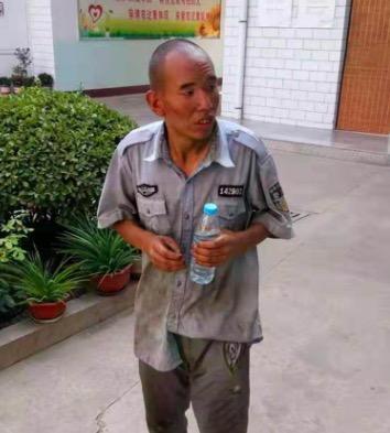 临汾侯马市救助站:青年男子被救助,穿警服,高1米57