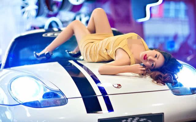 豪车就是豪气,绝美车模在线撩人,保时捷也没她好看