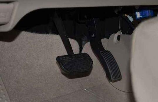 开主动挡汽车,左脚出事干,为啥不把刹车放在右边而是左边?