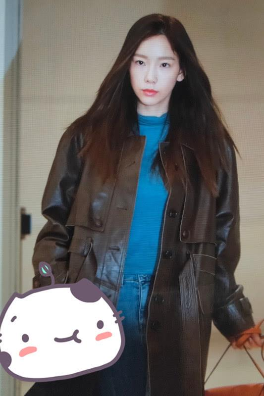 金泰妍穿皮大衣到机场, 内搭蓝色针织衫, 这身高冷打扮好显气质!
