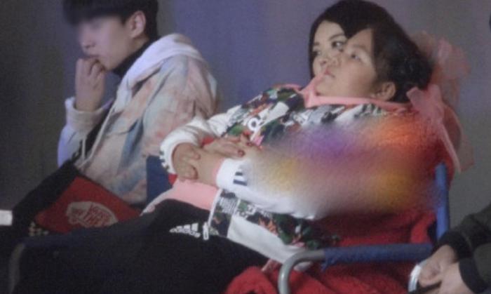 """王诗龄近照胖成""""坦克"""",李湘在一旁不雅坐姿却遭网友批评:为母不尊!"""