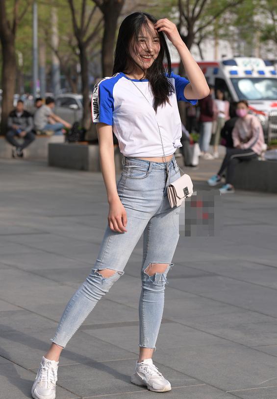 牛仔裤也能一字马,美女的柔韧性有些无敌