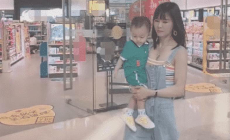 """抖音""""最年轻外婆""""走红,抱着孩子逛商场,却被误以为是孩子的妈妈"""