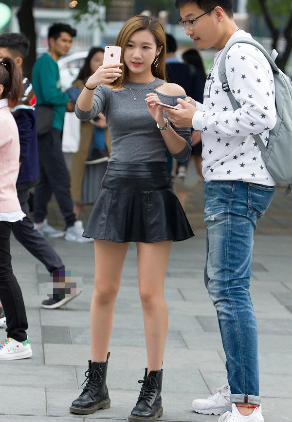 马丁靴小皮裙,美女这身穿搭时尚性感,又彰显身材