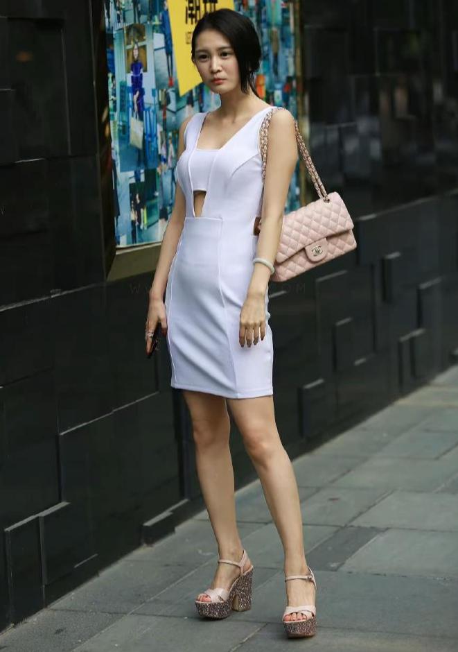 白色连衣裙虽然个性吸睛,却并不适合她
